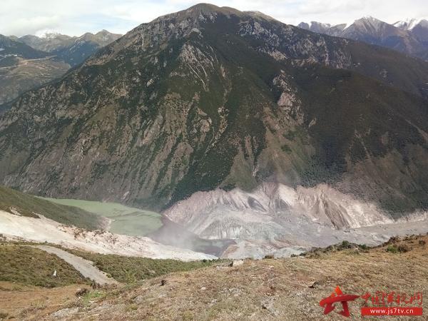 山体滑坡现地形成堰塞湖现场. 中国军视网