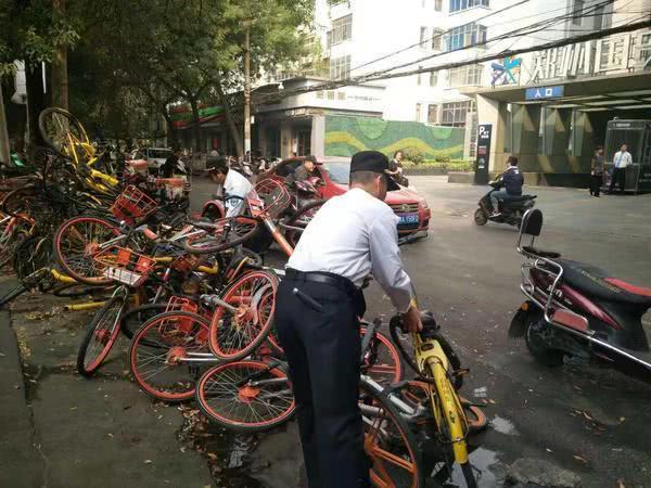"""郑州街头不足百米现3座共享单车""""大山"""" 碍事又碍眼!"""