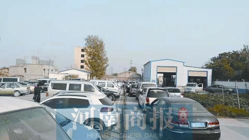 小型客车审车费要涨?郑州部分检测站出现排长队现象