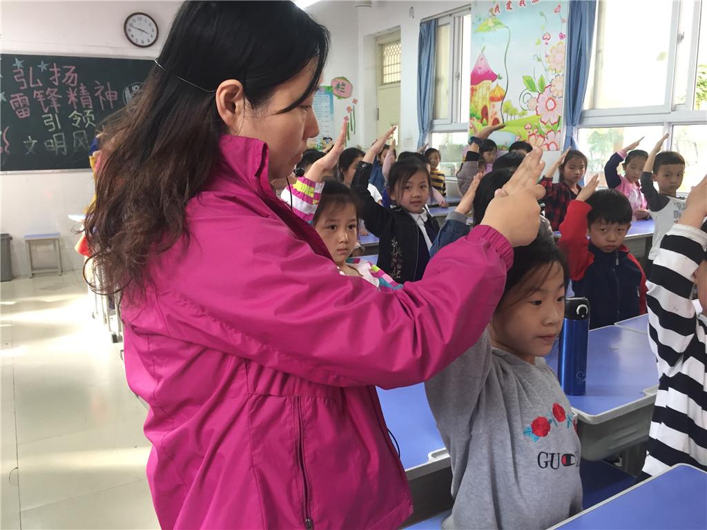 让红领巾更鲜艳 惠济区东风路小学举行一年级入队前教育活动