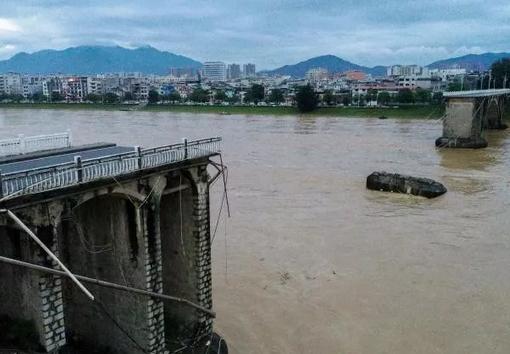 广东河源一大桥半夜突然垮塌,2