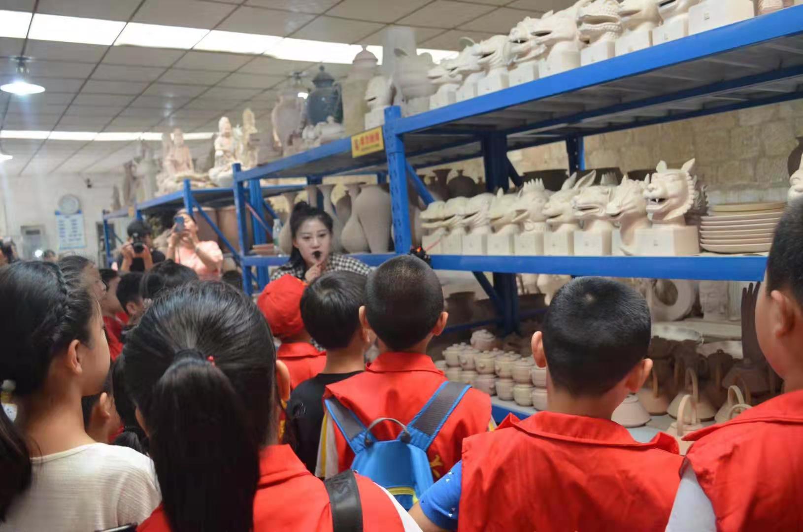 亚游官网app|注册市二七区建华社区开展青少年暑期陶艺体验活动