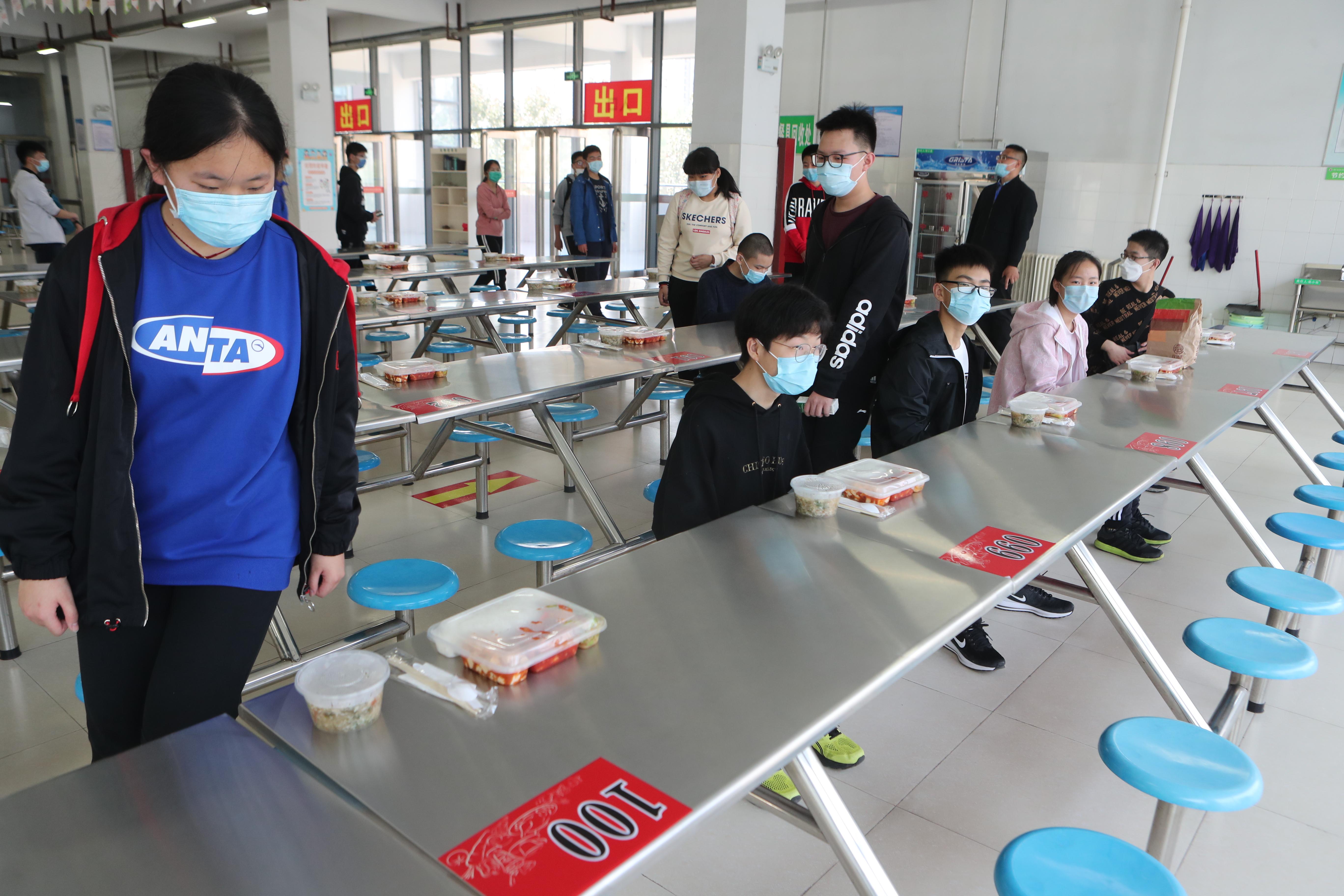 郑州初三学生复学首日:就餐单人单桌,定人定桌