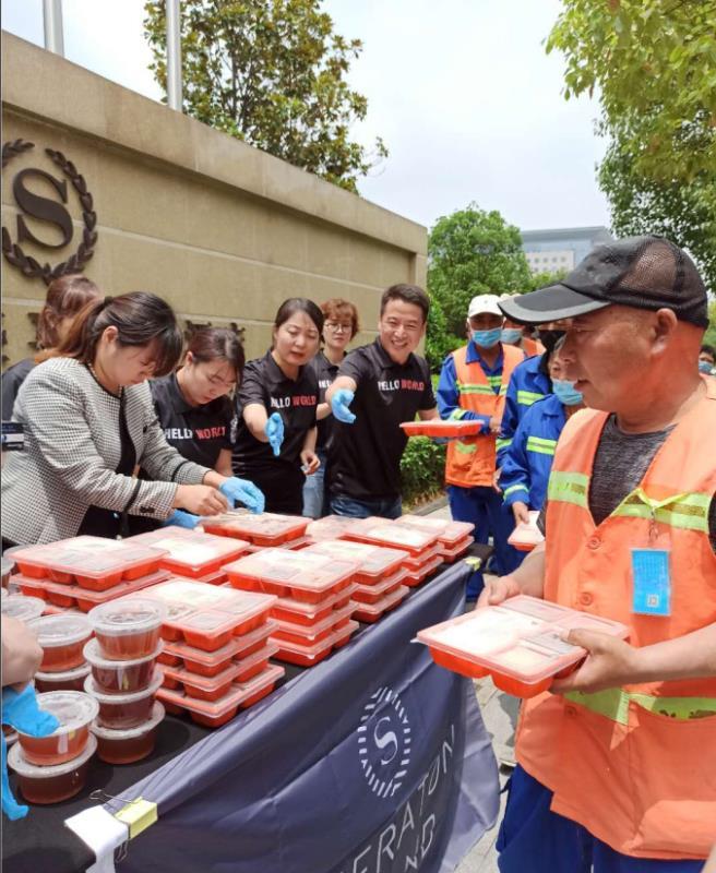 爱心午餐传递关怀 情暖一线环卫工人 郑州市祭城路街道办事处开展夏日慰问环卫工人活动