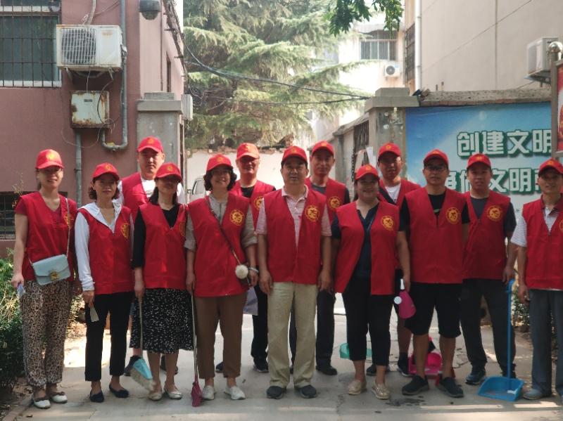清理楼道 打扫卫生 鹤壁职业技术学院400名志愿者深入社区